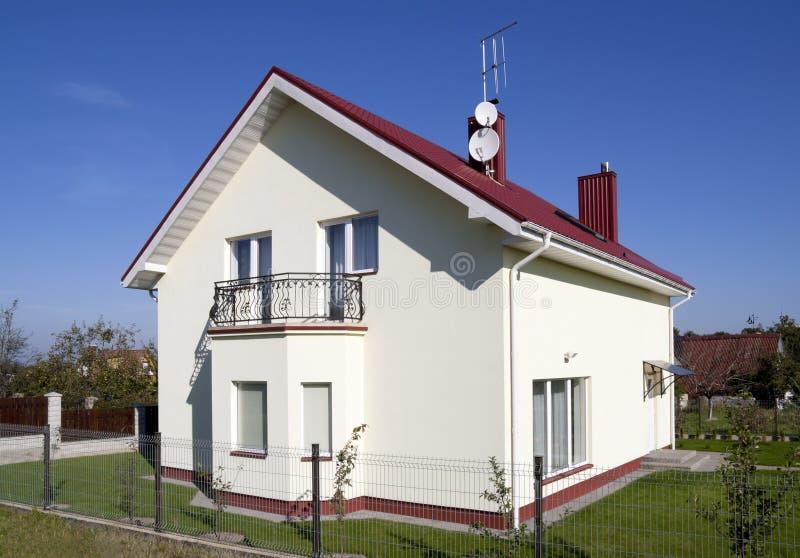 La piccola casa standard per una giovane famiglia. fotografia stock libera da diritti
