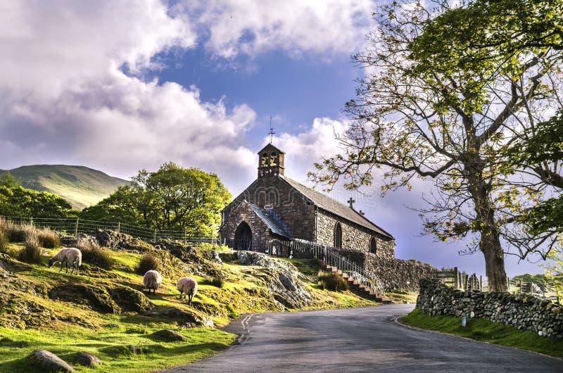 La piccola chiesa pittoresca di St James a Buttermere Cumbria fotografie stock libere da diritti