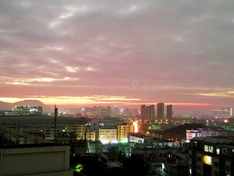 La piccola città è stata circondata dalle belle nuvole fotografia stock libera da diritti