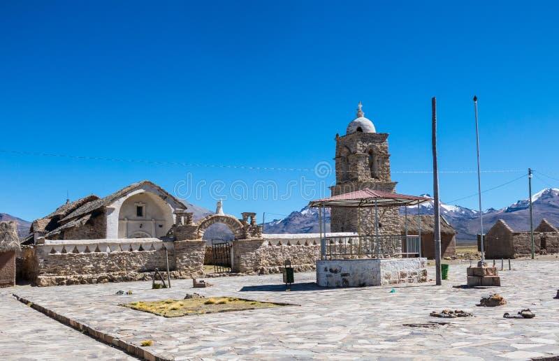 La piccola città andina di Sajama, dalla banca del fiume di Sajama Altiplano boliviano bolivia Il Sudamerica immagini stock