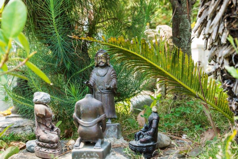 La piccola composizione scultorea nel parco del monastero di Kopan, immagine stock