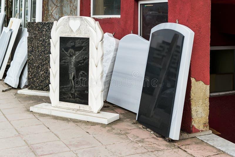 La piccola ditta privata produce le pietre tombali ed i campioni dei exhibites dei suoi prodotti sulla via fotografia stock