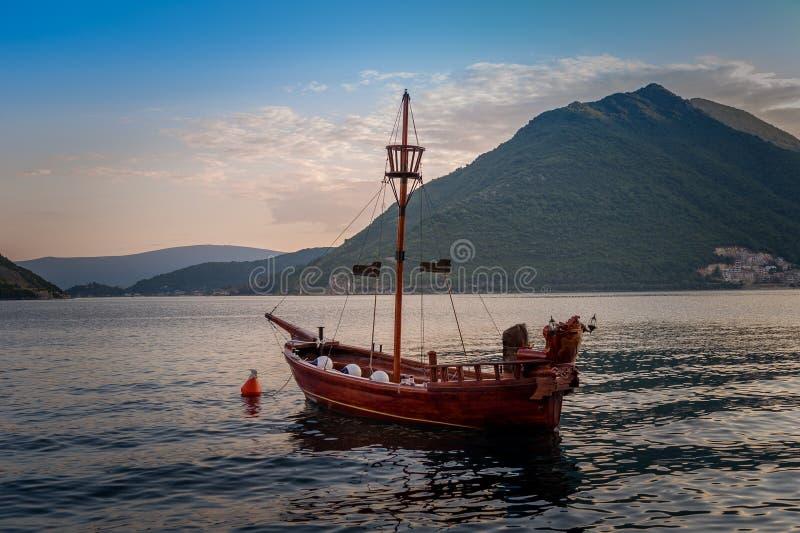 La piccola nave del pirata di stile d'annata all'ancora fotografia stock
