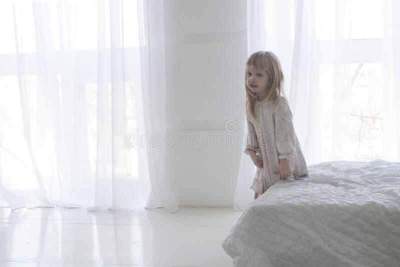 La piccola neonata sta alzandosi di mattina fotografia stock