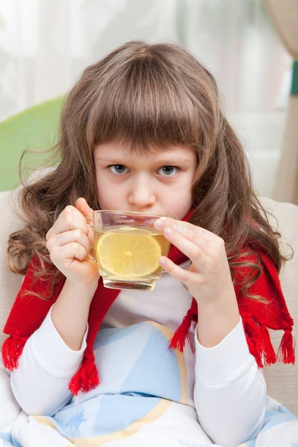 La piccola ragazza ammalata in base sta catturando la medicina fotografia stock libera da diritti