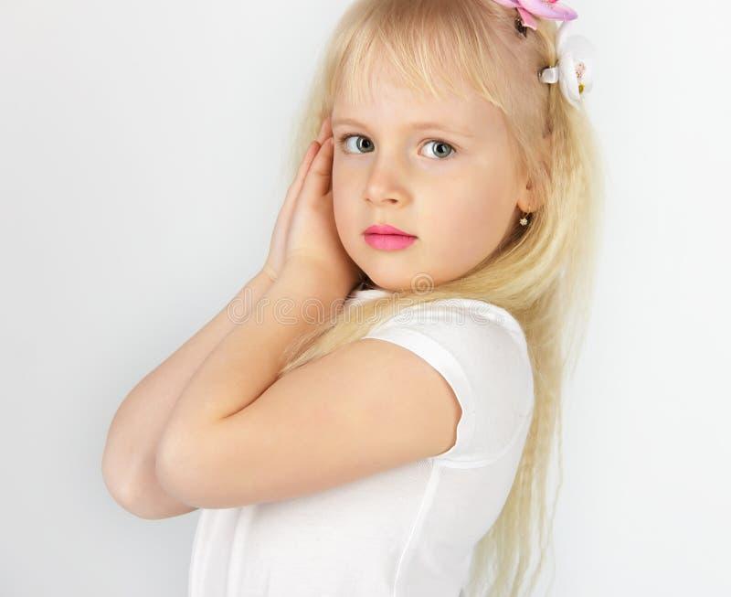 La piccola ragazza bionda ha piegato le sue mani nella preghiera a Dio Poco fotografia stock libera da diritti