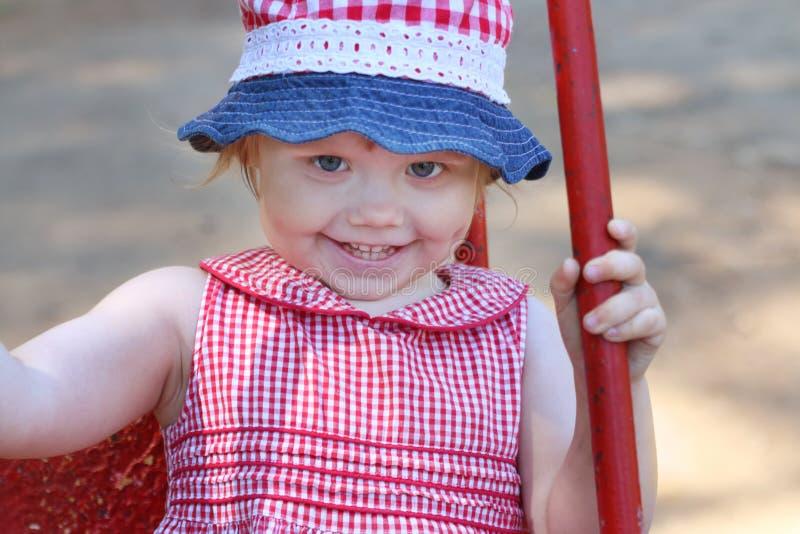 La piccola ragazza felice in Panama e vestito oscilla fotografia stock
