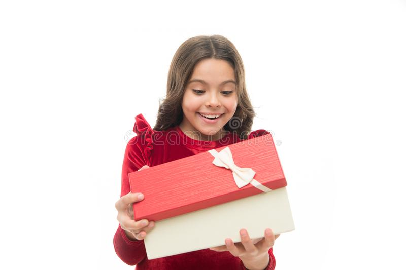 La piccola ragazza sveglia ha ricevuto il regalo di festa Che cosa è all'interno Migliori giocattoli e regali di natale per i bam fotografie stock libere da diritti