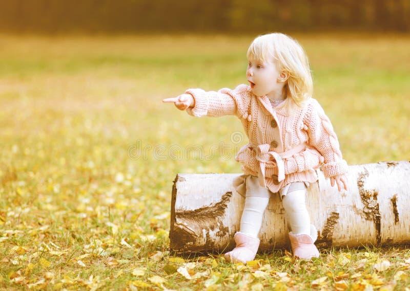 La piccola ragazza sveglia mostra le mani di gesto verso fotografie stock