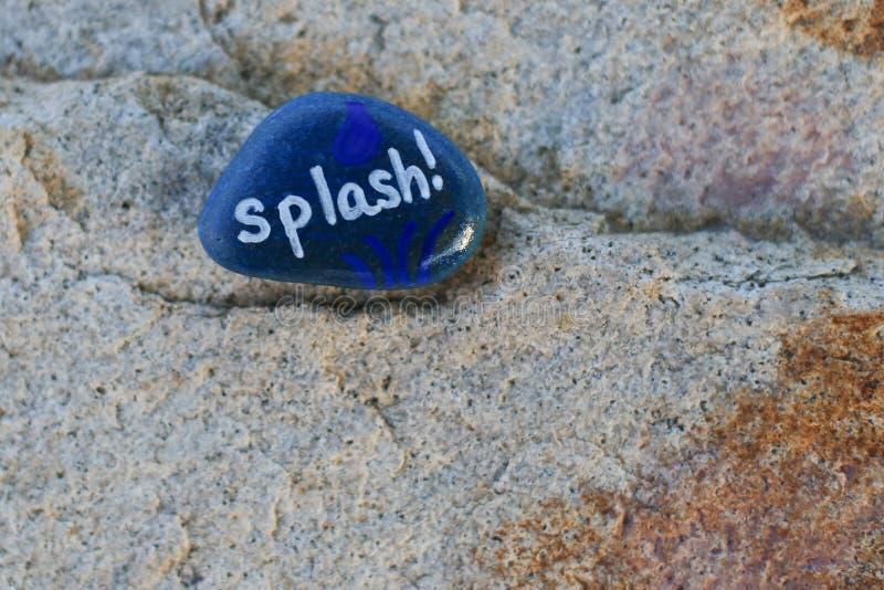 La piccola roccia blu dipinta indica la spruzzata del `! ` fotografia stock