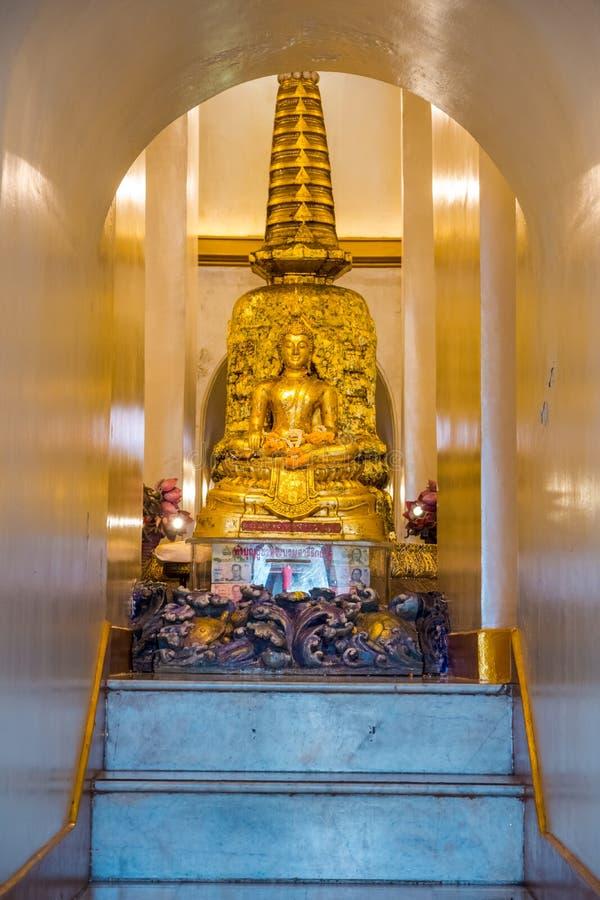 La piccola scultura di Buddha dentro il tempio della montagna o di Wat Saket dorata fotografia stock