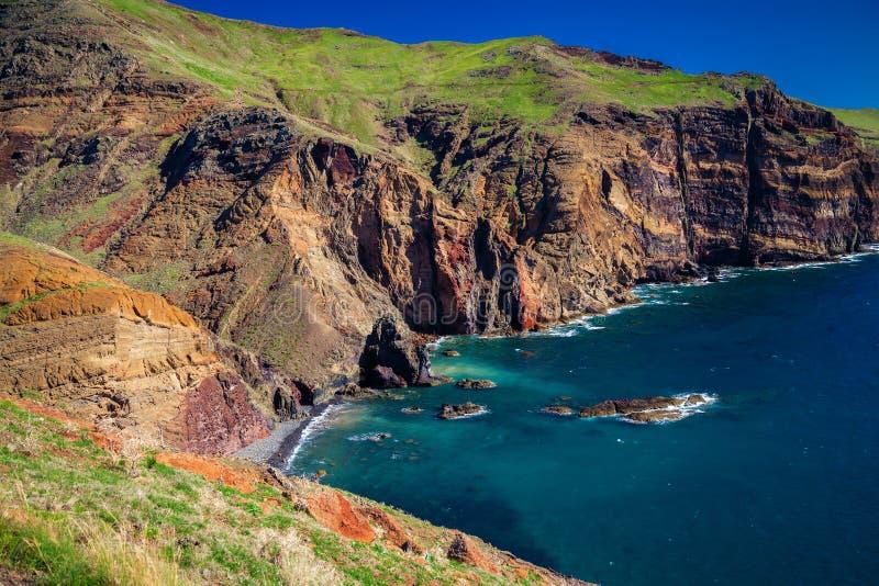 La piccola spiaggia selvaggia ha perso nelle scogliere di Ponta de Sao Lourenco fotografie stock