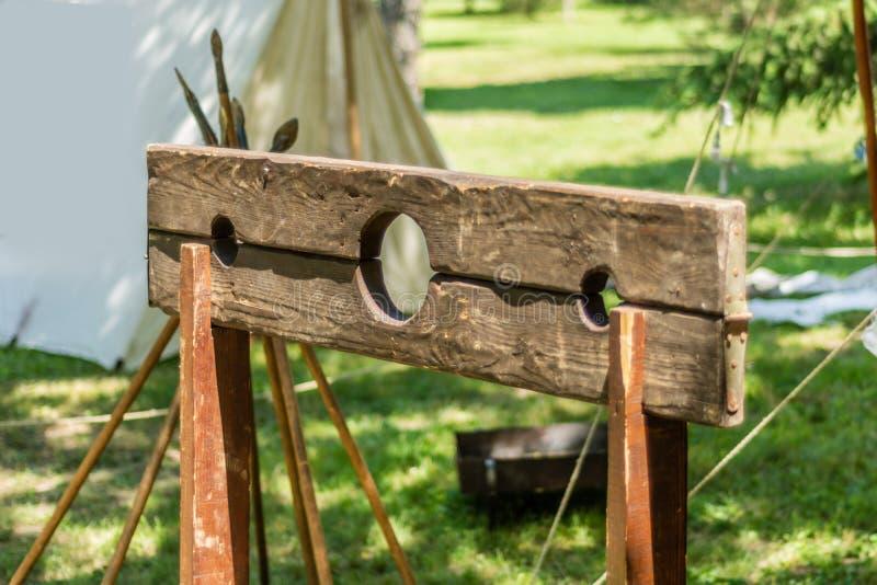 La picota, marco de madera montado generalmente en un poste donde el criminal pondría su cabeza y manos a través de los agujeros fotos de archivo