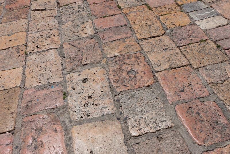 La piedra de la vendimia pavimentó el camino de la calle de la avenida foto de archivo