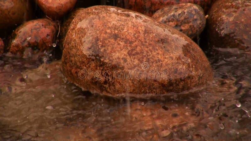 La piedra en la parte inferior del río almacen de metraje de vídeo