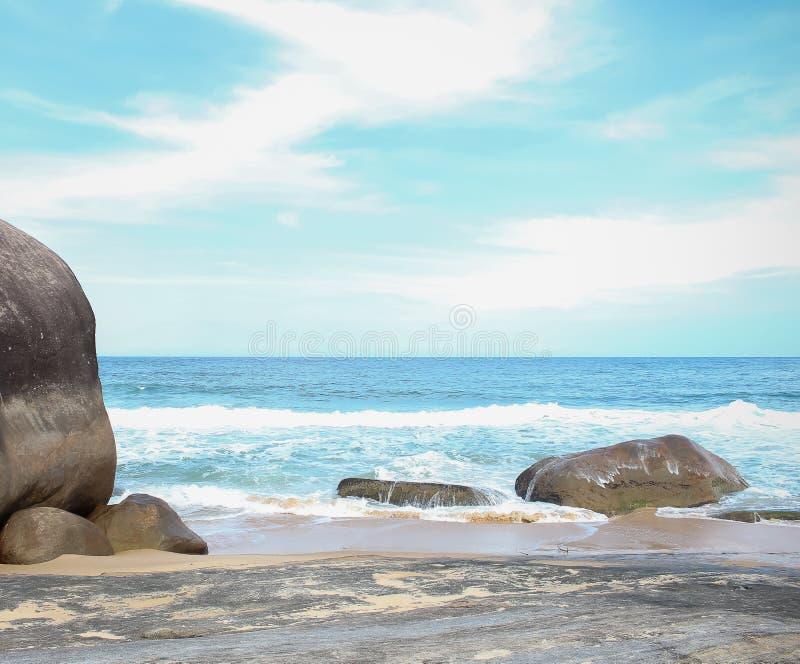 La piedra grande en el mar foto de archivo