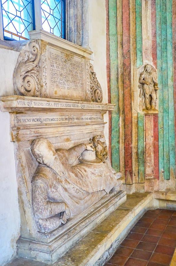 La piedra sepulcral de mármol en St Catherine Church en Kraków, Polonia foto de archivo