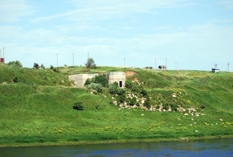 La piedra vieja extrae los bancos del río de Volga localizó longitudinalmente en la ciudad de Staritsa Región de Tver Rusia foto de archivo