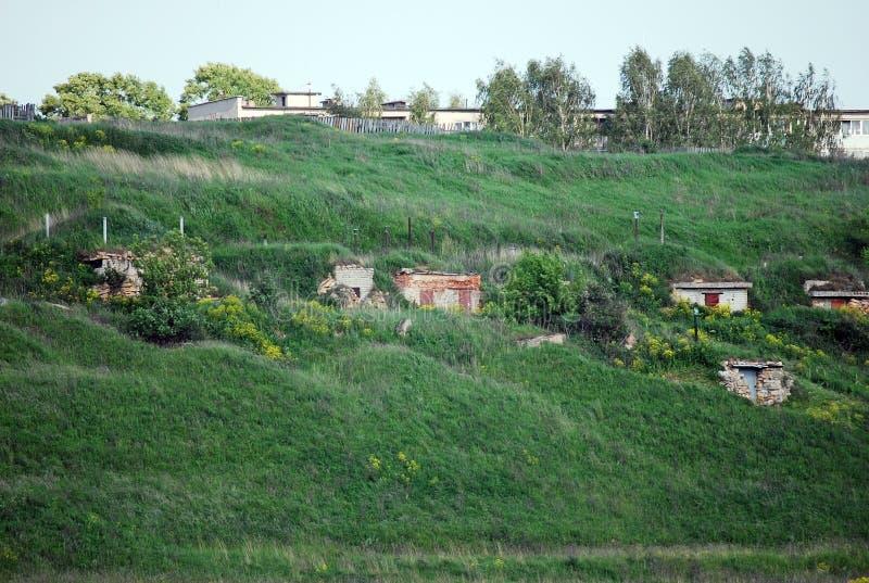 La piedra vieja extrae los bancos del río de Volga localizó longitudinalmente en la ciudad de Staritsa Región de Tver Rusia imagen de archivo libre de regalías