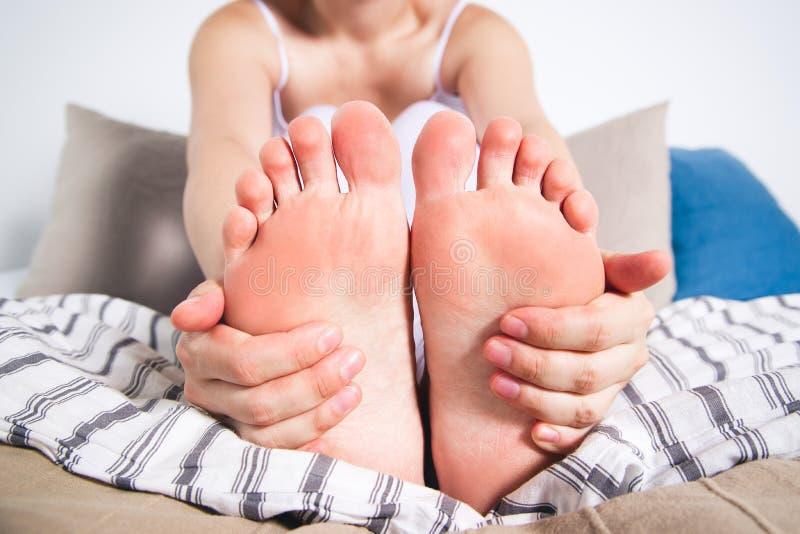 La pierna del ` s de la mujer daña, el dolor en el pie, masaje de pies femeninos imagenes de archivo