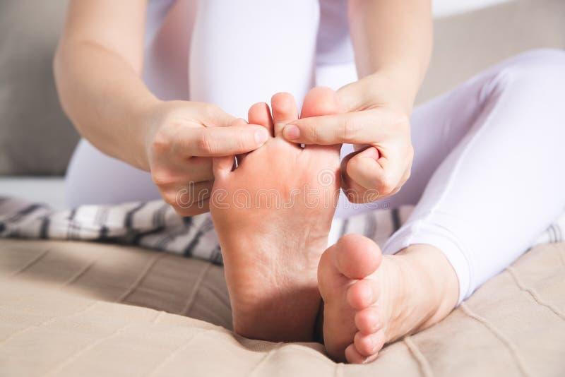 La pierna del ` s de la mujer daña, el dolor en el pie, masaje de pies femeninos foto de archivo