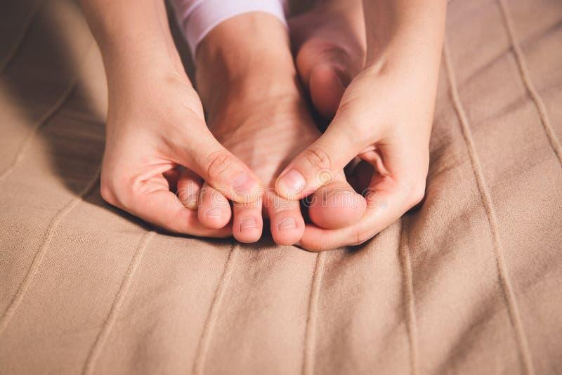 La pierna del ` s de la mujer da?a, el dolor en el pie, masaje de pies femeninos fotografía de archivo libre de regalías