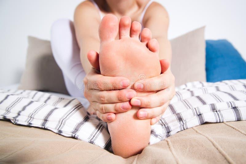 La pierna del ` s de la mujer da?a, el dolor en el pie, masaje de pies femeninos foto de archivo libre de regalías