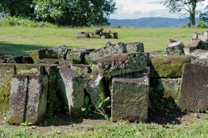 La pierre bloque des ruines dans le complexe de temple de boko de ratu images stock