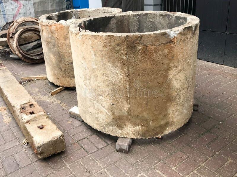 La pierre concrète de ciment de grand rond entoure des puits d'anneaux à un chantier de construction image libre de droits