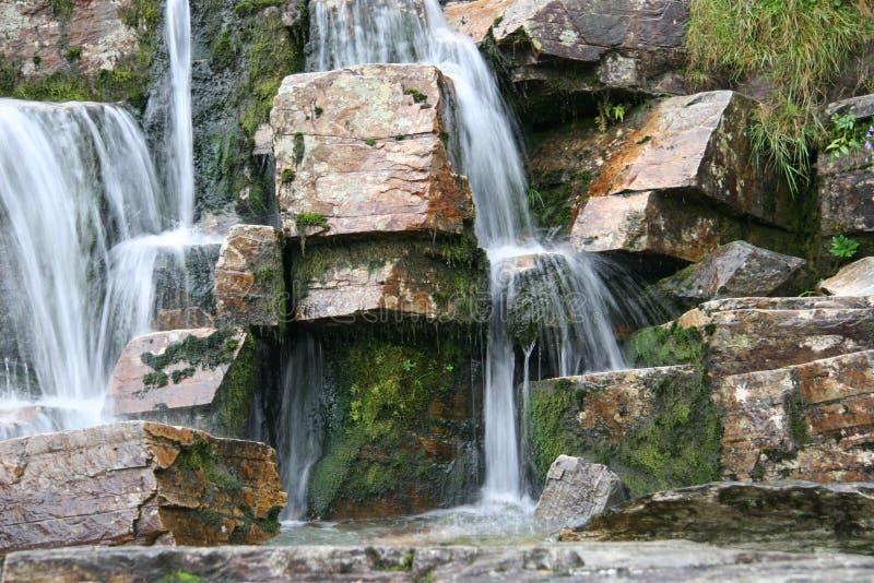 la pierre coule la cascade à écriture ligne par ligne de l'eau image stock