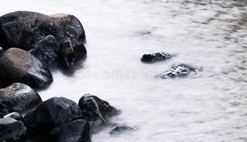 La pierre dans l'eau est calme photographie stock