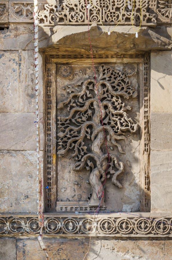 La pierre extraordinairement belle a découpé des motifs sur les minarets du photo libre de droits