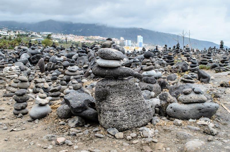 La pietra accatasta i cairn su Playa Jardin, Peurto de la Cruz, Tenerife, isole Canarie, Spagna fotografie stock libere da diritti