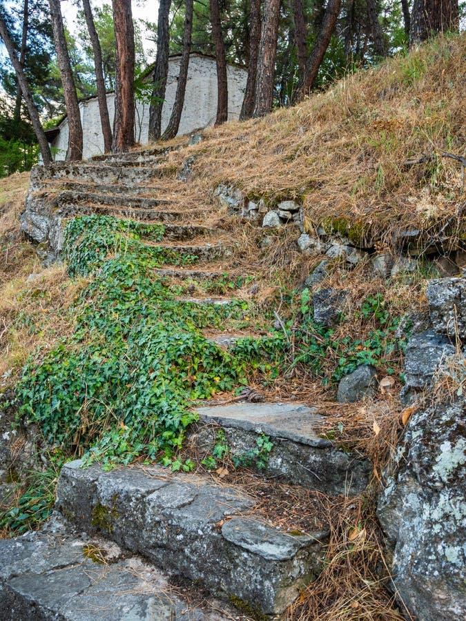 La pietra antica aumenta il pendio alla costruzione di una cappella in Grecia fotografie stock libere da diritti