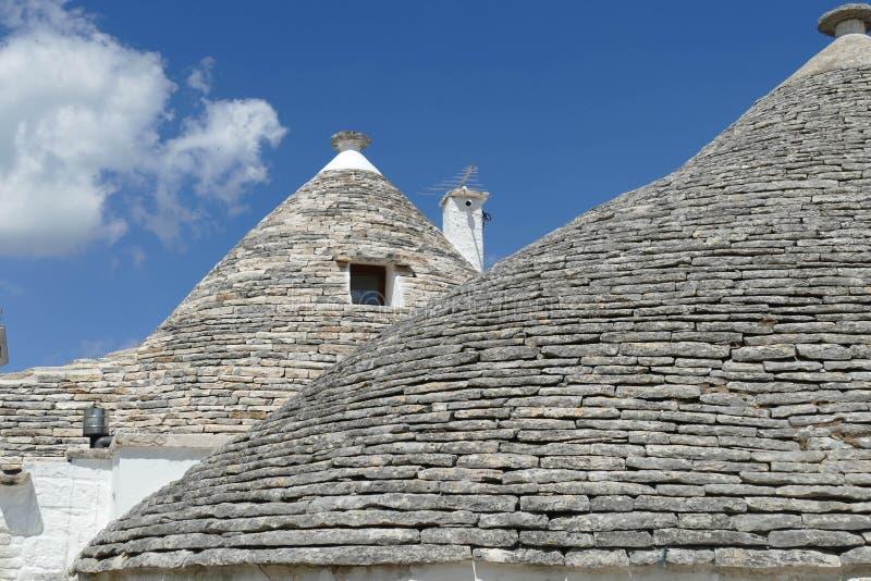 La pietra coned i rooves delle case di trulli immagini stock libere da diritti