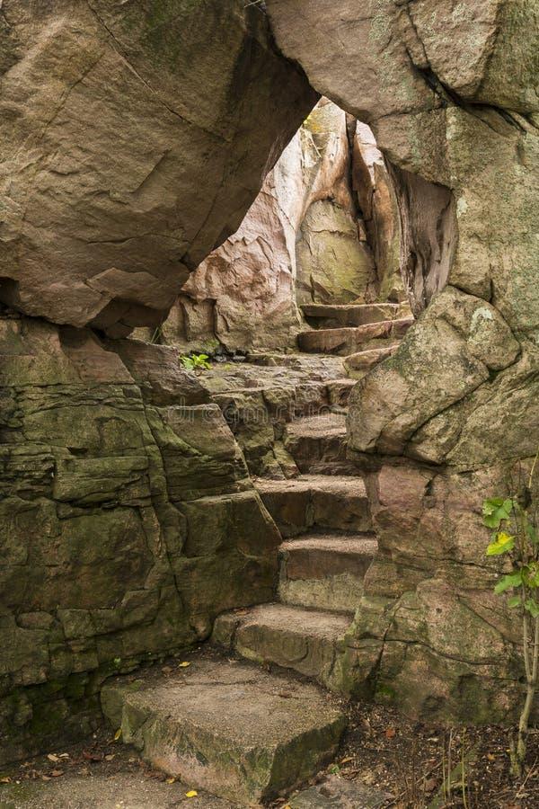 La pietra fa un passo arco immagini stock