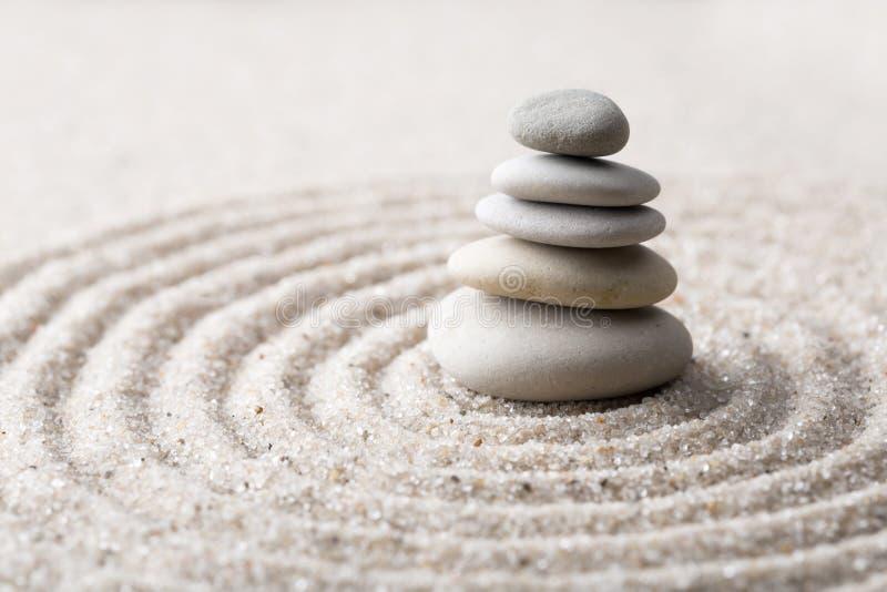 La pietra giapponese di meditazione del giardino di zen per concentrazione ed il rilassamento insabbiano ed oscillano per armonia fotografia stock