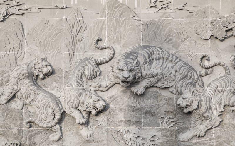La pietra scolpita del tempio cinese e della statua della tigre immagine stock libera da diritti