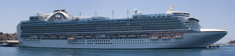 La pieza de Emerald Princess de la flota de princesa Cruises atracó en Kusadasi Turquía imagen de archivo libre de regalías