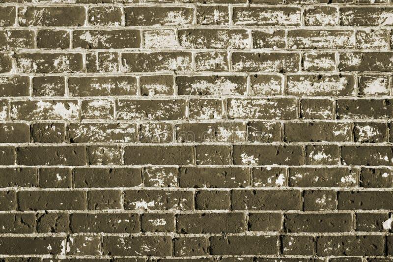 La pieza de la pared de una casa vieja fuera del ladrillo con blanco salpica la masilla quitada para la restauración fotografía de archivo libre de regalías