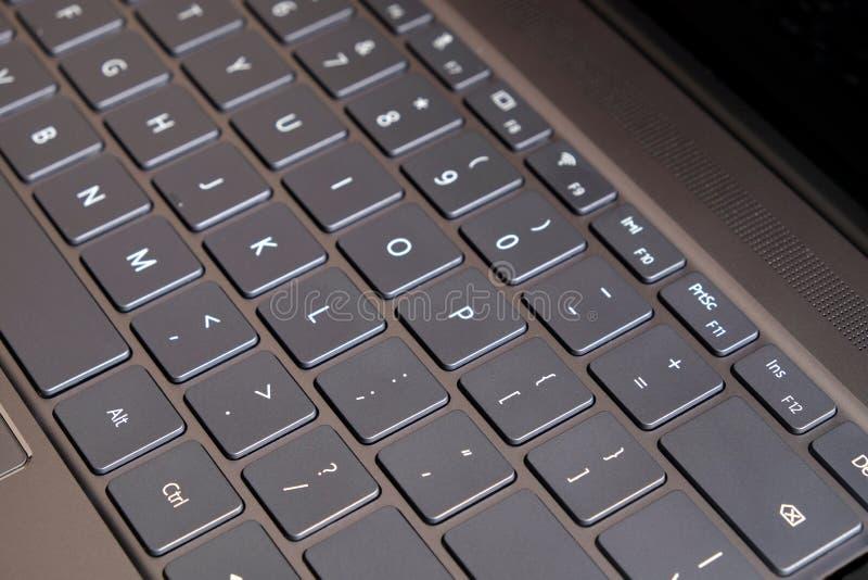 La pieza del teclado del ordenador portátil y el panel táctil del negro abrieron la opinión superior del ordenador portátil imágenes de archivo libres de regalías