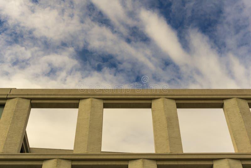 La pieza del tejado de un edificio fotos de archivo