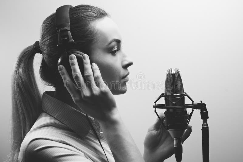La pieza vocal hermosa joven de los discos de la muchacha, radio, voz superpuesta TV, lee la poes?a, blog, hecho un podcast en el fotos de archivo