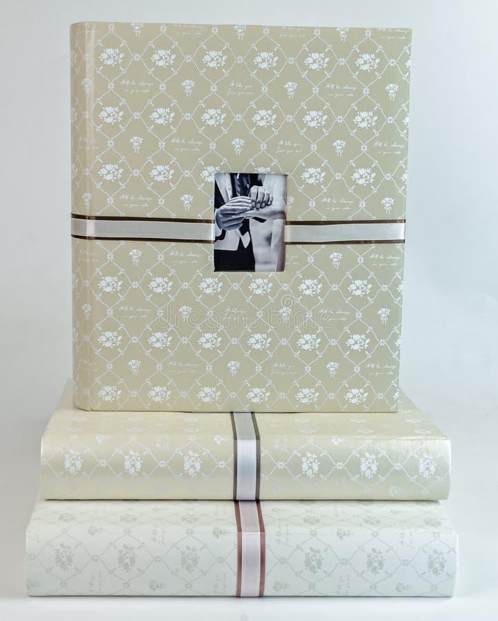 La pila de álbumes de foto hermosos en el backround blanco fotografía de archivo