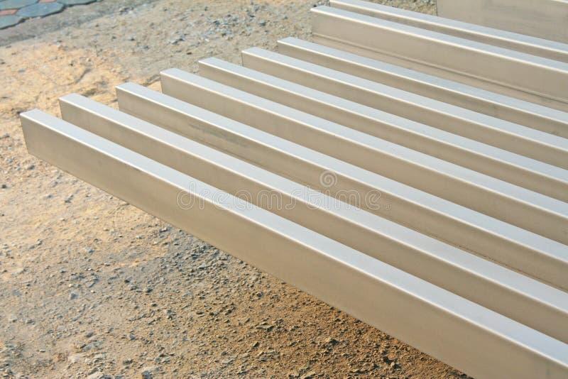La pila de acero prepararse para hace la estructura de tejado foto de archivo libre de regalías