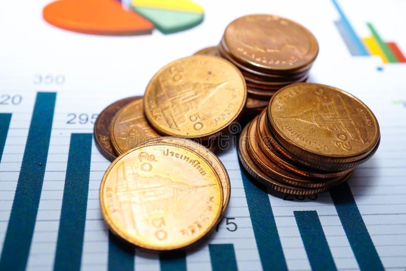 La pila de ahorro acuña gráficos de las cartas del dinero Desarrollo financiero, contabilidad de actividades bancarias, datos ana imagen de archivo