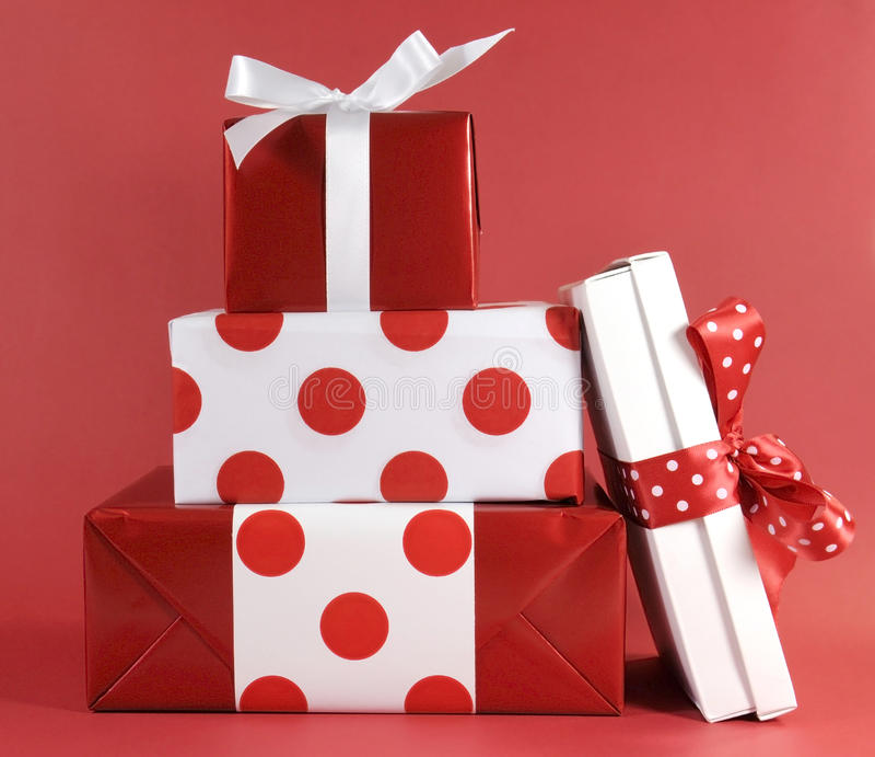 La pila de caja de regalo festiva del tema rojo y blanco del lunar presenta imagen de archivo libre de regalías
