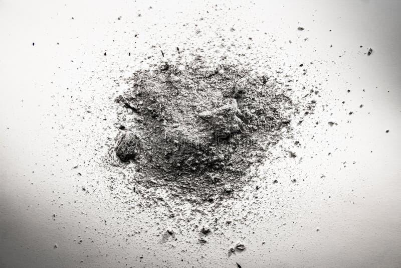 La pila de ceniza gris, suciedad, arena, nube de polvo, muerte permanece imagen de archivo