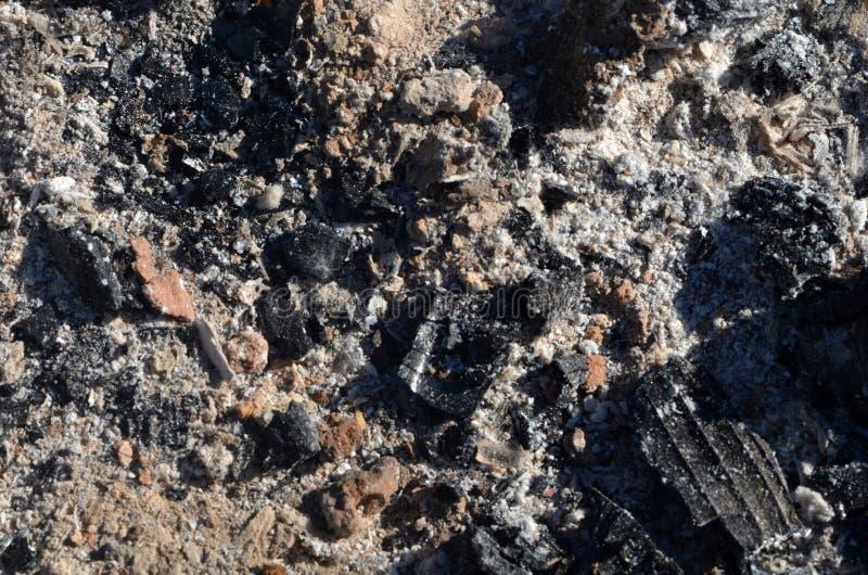 La pila de cenizas después del fuego salió fotografía de archivo libre de regalías