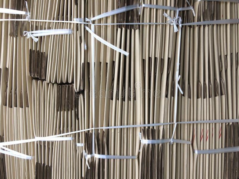 La pila de desempaquetado muere caja o caja marrón imagen de archivo
